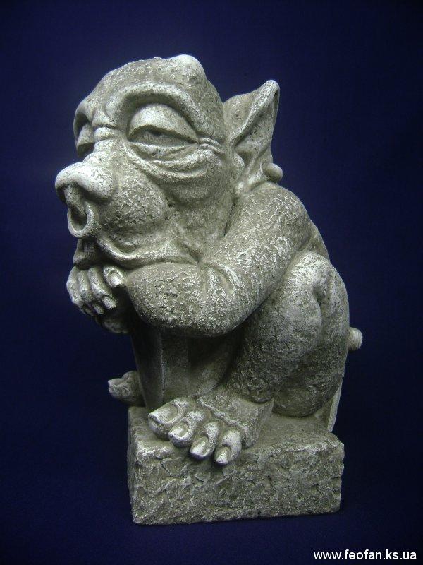 Страж. Горгулья со щитом. Искусственный камень. Н-31см. 2006г.
